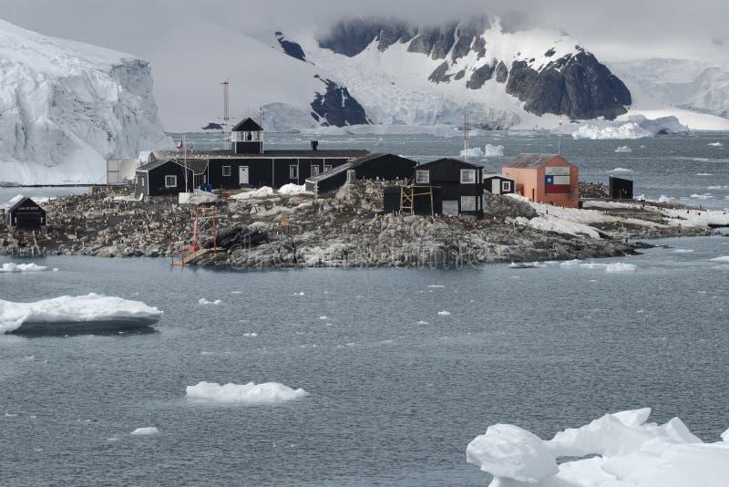 Chileense Antarctische Onderzoekbasis Gonzalez Videla Gelegen aan het Antarctische Schiereiland bij Paradijsbaai royalty-vrije stock foto