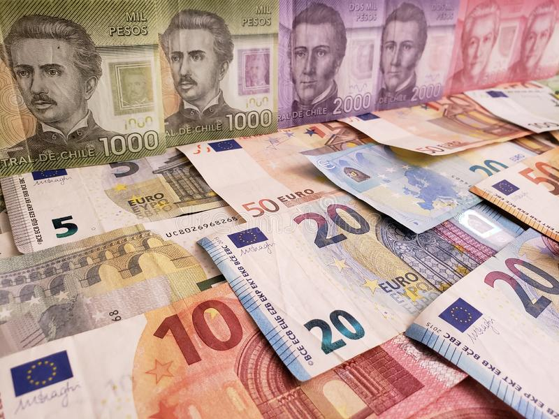 Chileense bankbiljetten en euro rekeningen van verschillende benamingen royalty-vrije stock afbeelding
