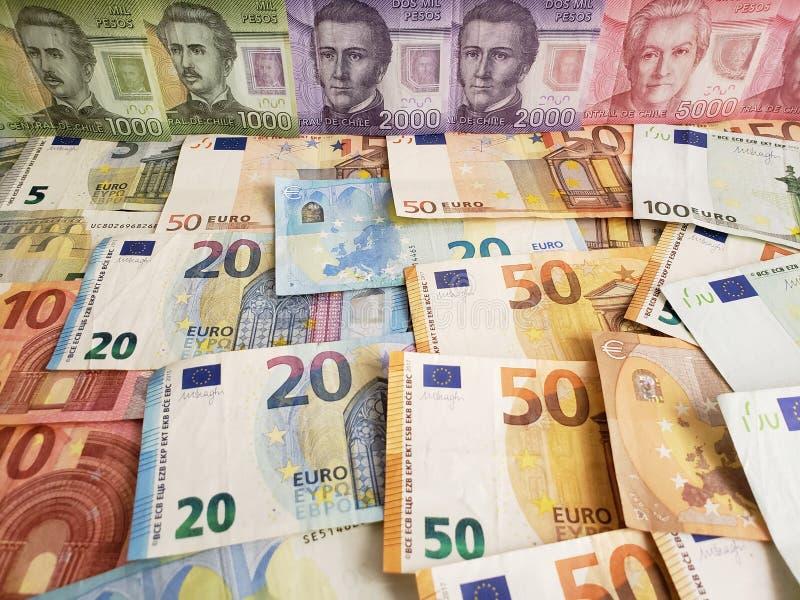 Chileense bankbiljetten en euro rekeningen van verschillende benamingen stock foto's
