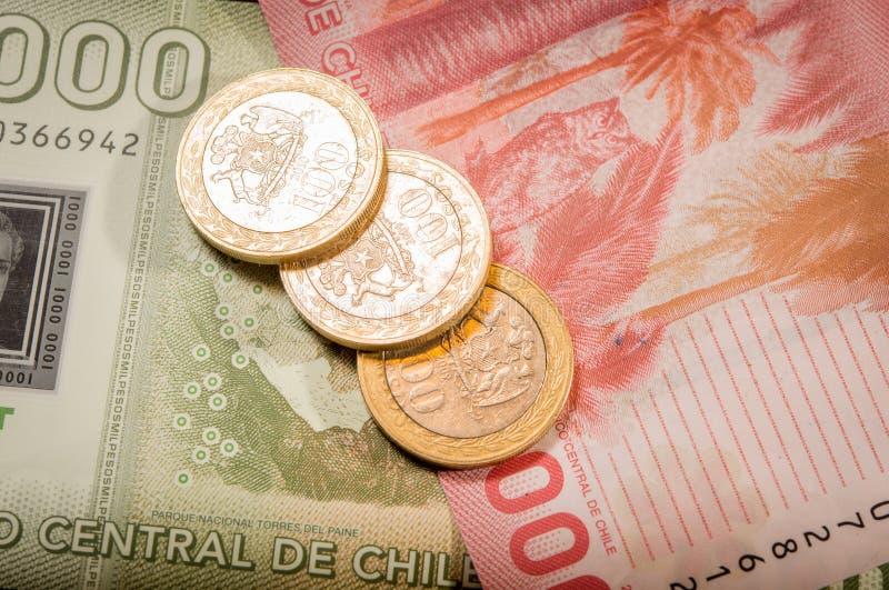 Chilenaremynt och räkningar royaltyfri foto