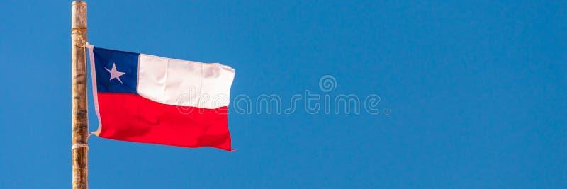 Chilenische Flagge, Panoramahintergrund des blauen Himmels lizenzfreies stockfoto