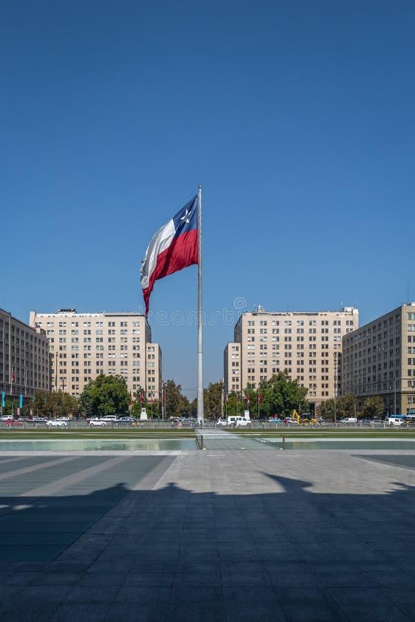Chilensk flagga framme av den LaMoneda slotten - Santiago, Chile royaltyfria foton