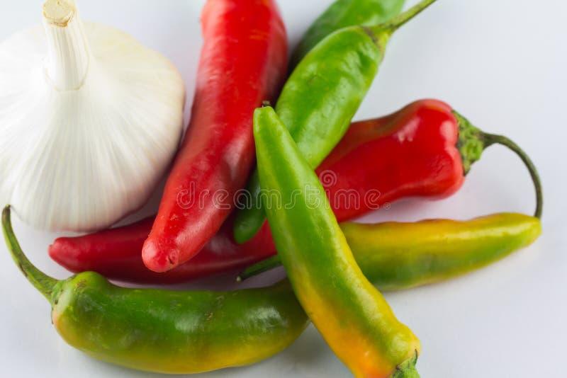 Chiles ardientes y ajo aromático foto de archivo