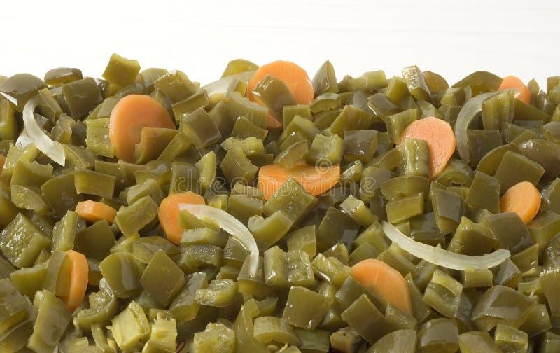 Chiles cortados en cuadritos de los Jalapenos con las zanahorias fotografía de archivo