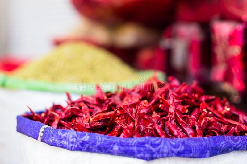 Chiles rojos secados en un bolso del yute en venta en el chowk Delhi del chandni imagen de archivo libre de regalías