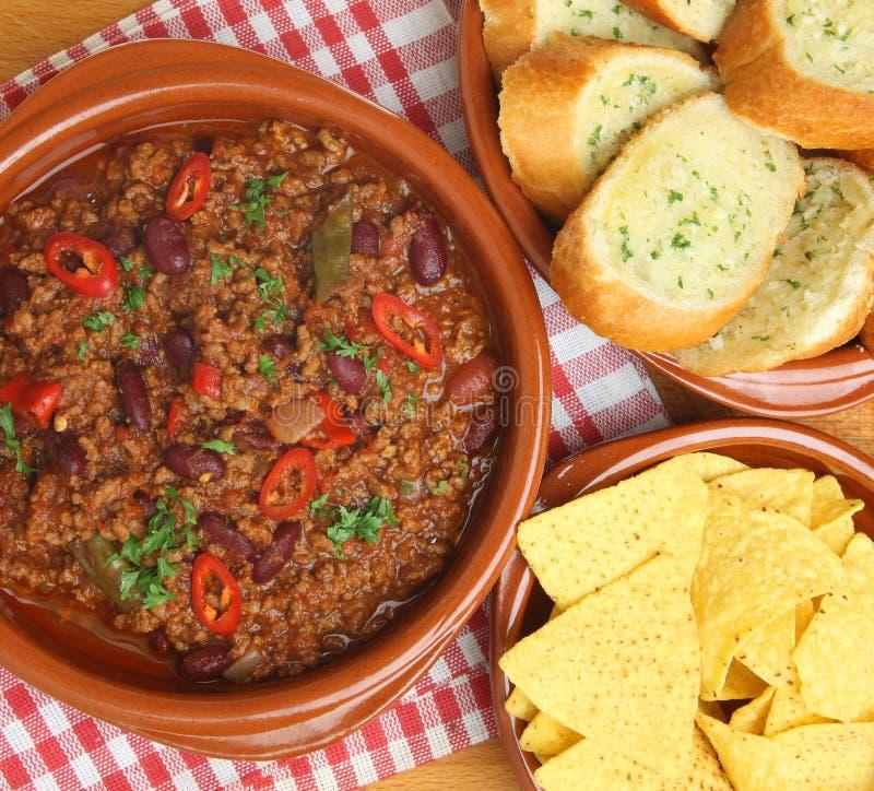 Chili говядины с хлебом чеснока и обломоками Tortilla стоковое фото
