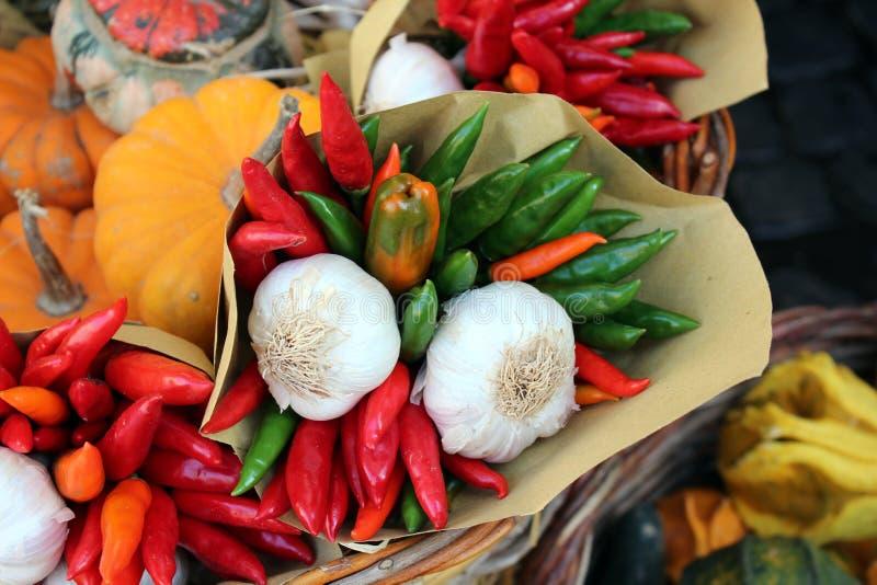 Chili и чеснок на рынке стоковые фотографии rf