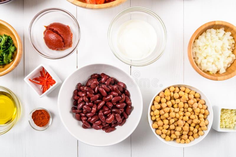 Chili Bean Stew Food Ingredients Top View på den vita tabellen royaltyfri bild