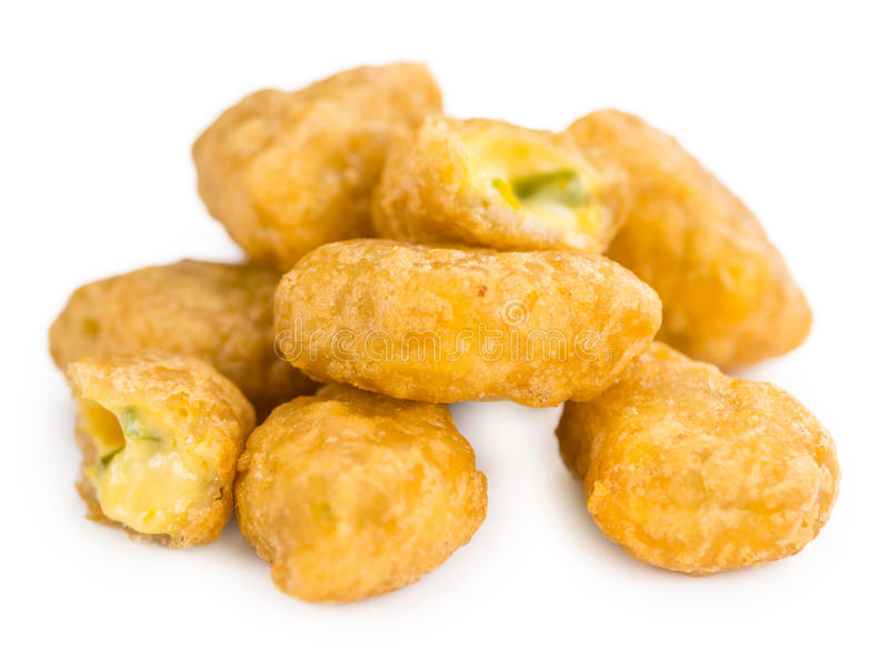 Chili Cheese Nuggets op wit royalty-vrije stock afbeelding