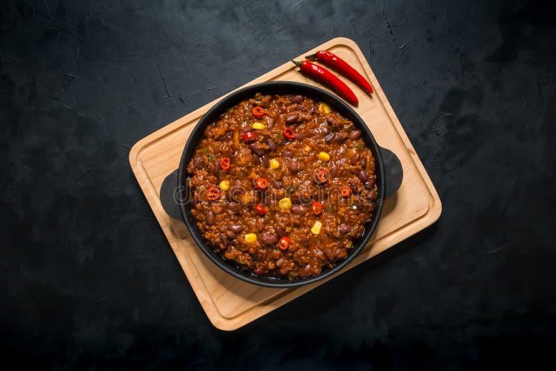 Chili con carne dans la poêle sur le fond foncé Piment du Texas photo stock