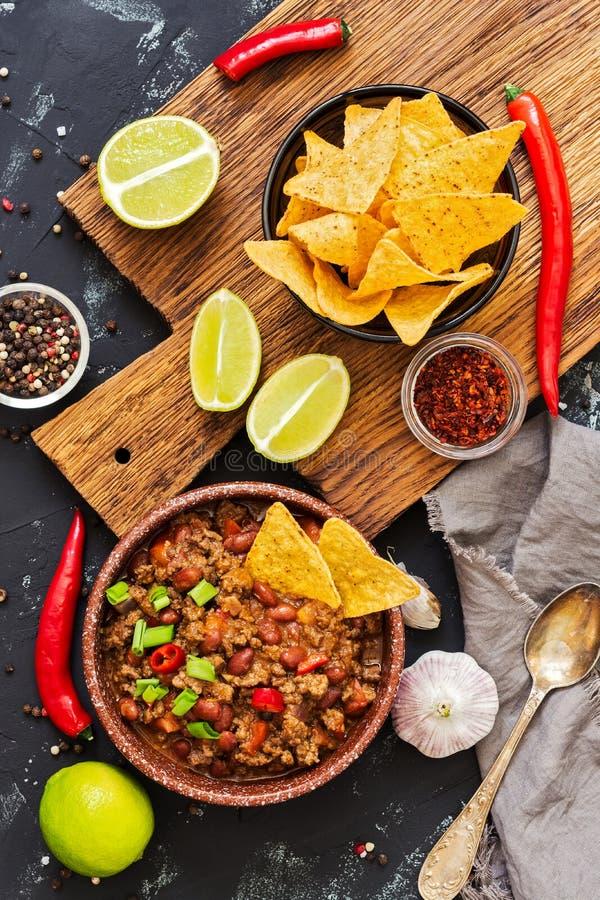 Chili con carne met nachos met vlees en spaanders op rustieke achtergrond Mexicaanse schotel, hoogste mening royalty-vrije stock afbeeldingen