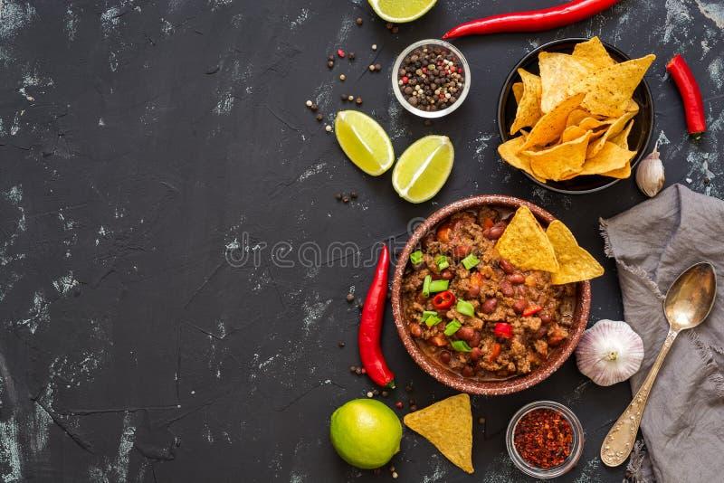 Chili con carne op een zwarte concrete achtergrond, ruimte voor tekst Mexicaans voedsel, hoogste mening royalty-vrije stock foto