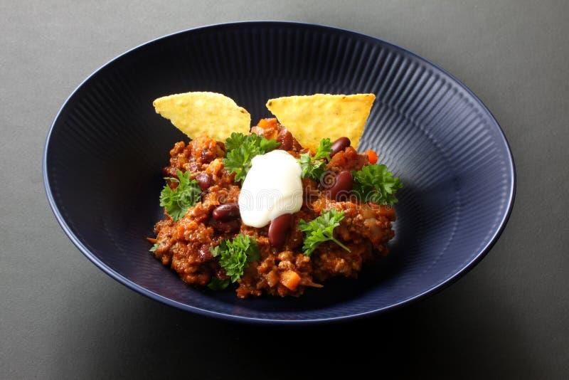 Chili con carne posi?ek w nieociosanym pucharze Tradycyjny naczynie meksykańska kuchnia z cynaderki fasolami, minced mięsem, piet fotografia royalty free