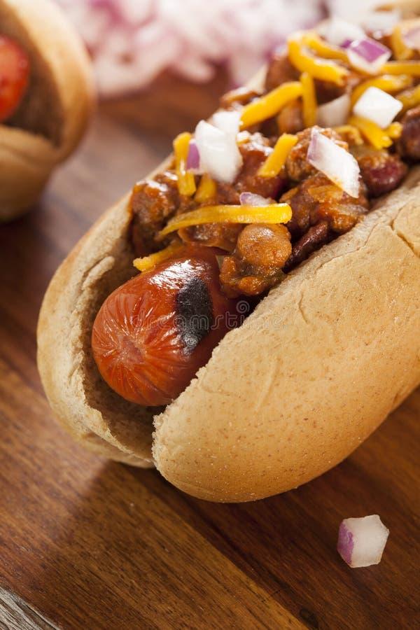 Chili Dog chaud fait maison avec du fromage de cheddar images stock