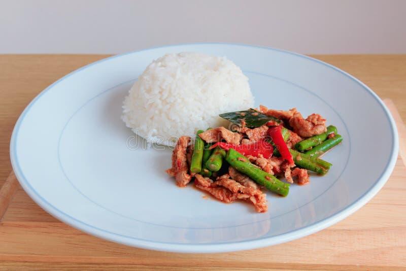 Chili Paste épicé thaïlandais fait sauter à feu vif avec du porc et le riz photos libres de droits
