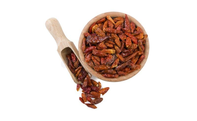 Chili peperoncini papryki pieprz w drewnianym pucharze i miarce odizolowywających na białym tle Odgórny widok Pikantność i karmow obraz royalty free