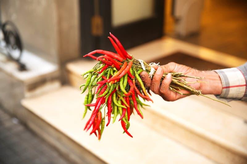 Chili Pepper Seller i Istanbul Beyoglu arkivbild