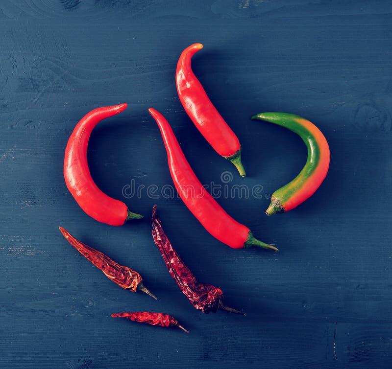 Chili pieprze świezi pieprze i suszący chili pieprze strąki - zdjęcia stock