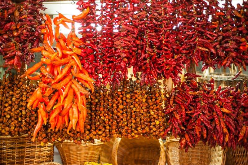 Chili pieprze na rynku kramu obrazy royalty free