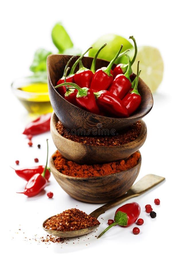 Chili pieprze z ziele i pikantność fotografia royalty free