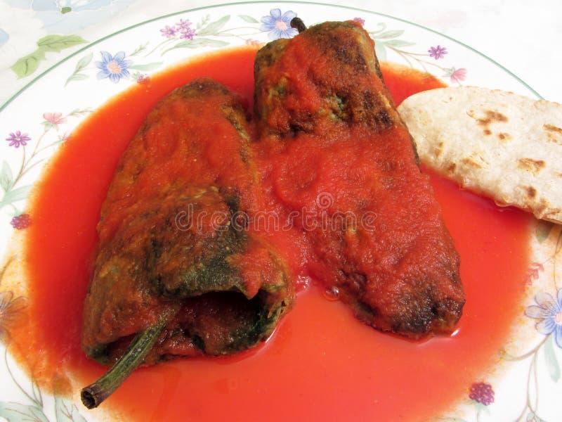 Chili Rellenos e molho de tomate vermelho fotografia de stock