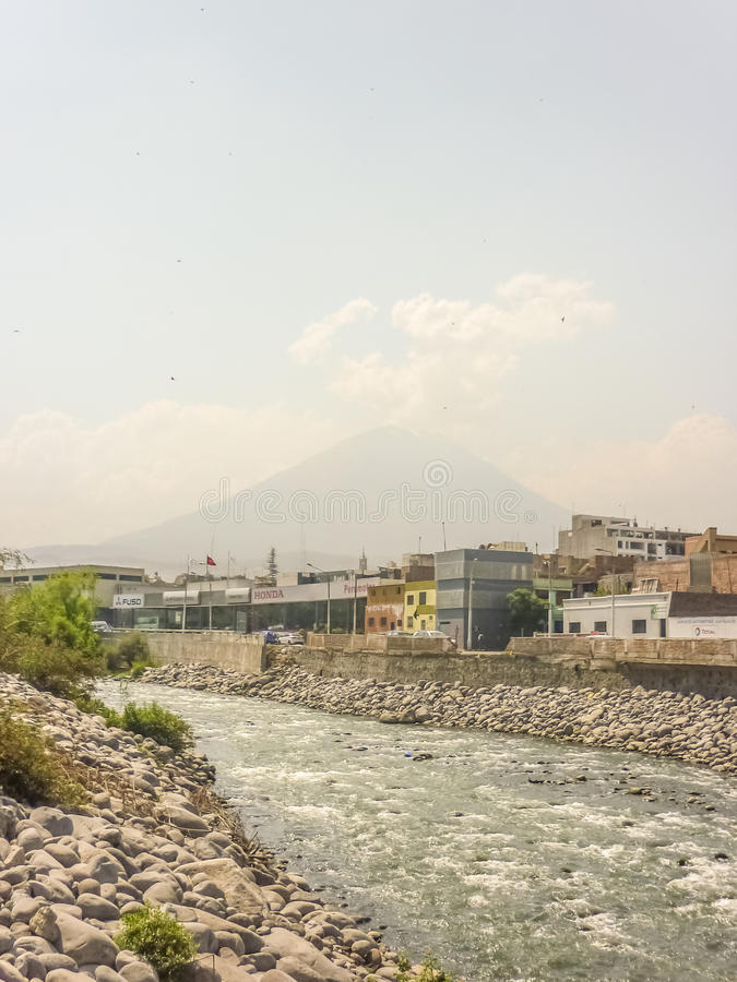 Chili rzeka i Misti wulkan w Arequipa obraz stock
