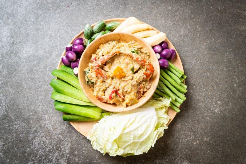 Chilidegsakta kokning med krabban eller krabba- och sojadoppet med kokosnöten mjölkar och grönsaker arkivfoto