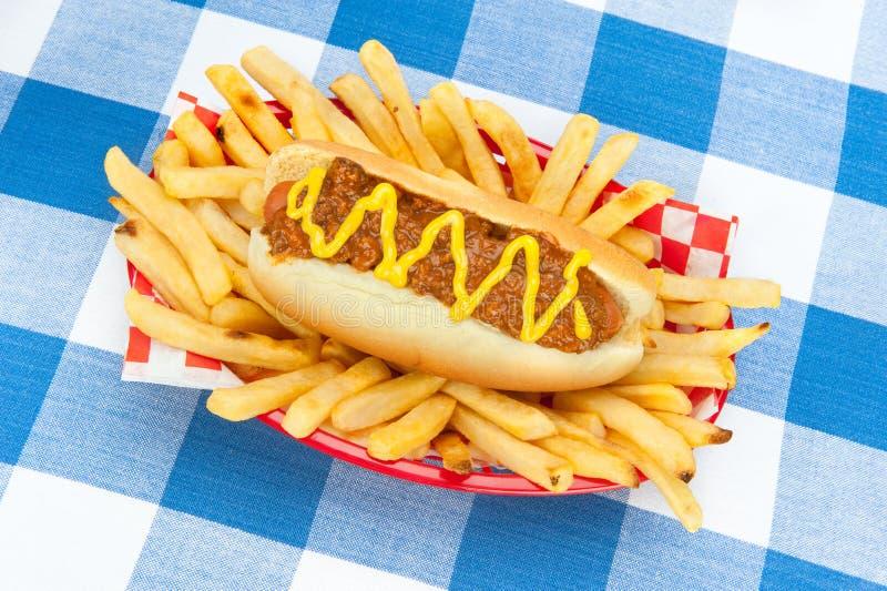 Chilidog com mostarda imagem de stock