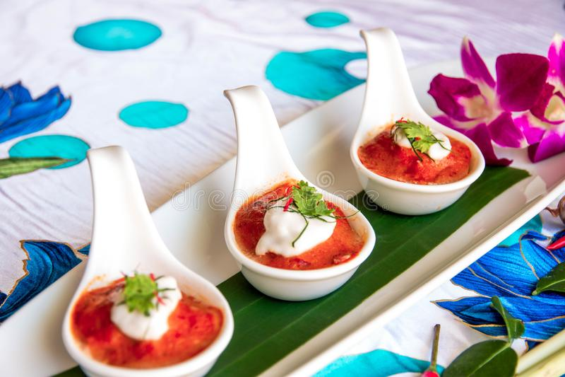 Chilies zyskują przychylność na trzy biel łyżce zdjęcia stock