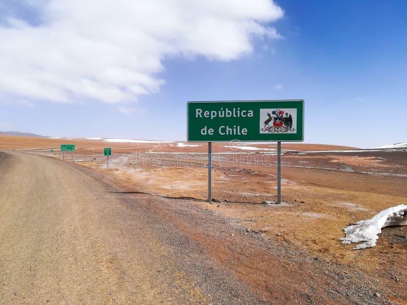 Chilijczyka rabatowy drogowy znak, Chile Pustynny widok zdjęcia stock