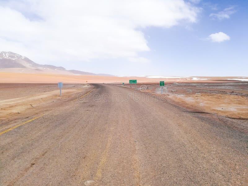 Chilijczyka rabatowy drogowy znak, Chile Pustynny widok zdjęcie stock