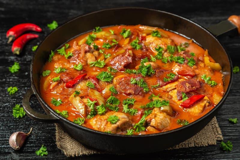 Chilindron de poulet avec de la sauce végétale épaisse avec le vin rouge et le jambon sec-traité La vue à partir du dessus le Cop photographie stock