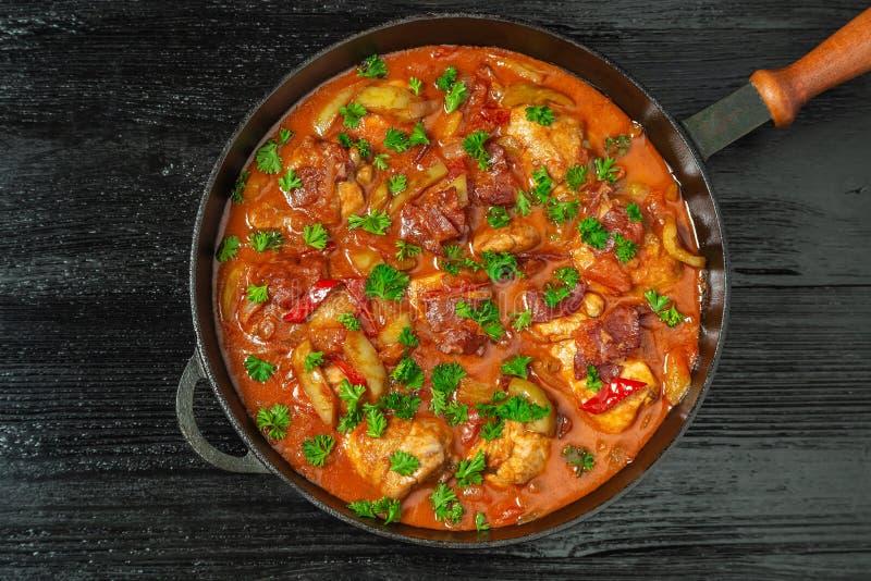 Chilindron de poulet avec de la sauce végétale épaisse avec le vin rouge et le jambon sec-traité La vue à partir du dessus le Cop images libres de droits