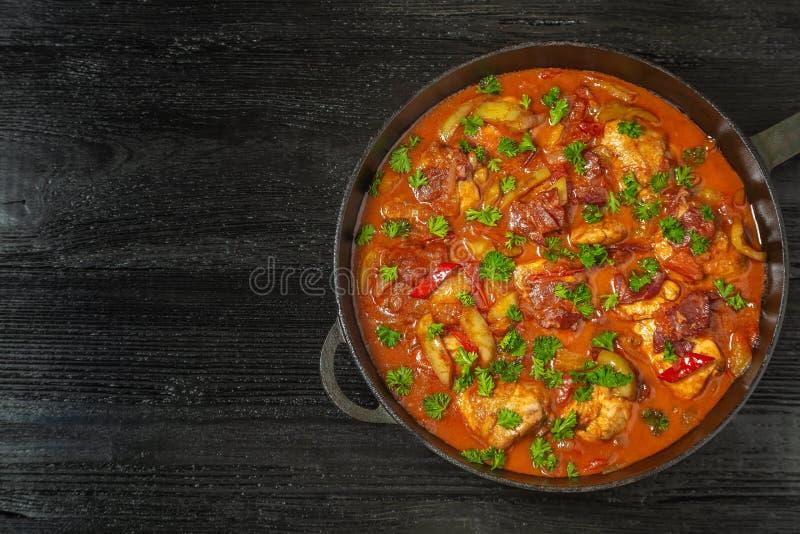 Chilindron de poulet avec de la sauce végétale épaisse avec le vin rouge et le jambon sec-traité La vue à partir du dessus le Cop photo libre de droits