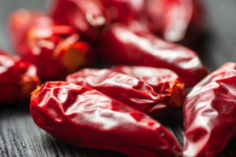 Chilipeppar på en tabell arkivfoton