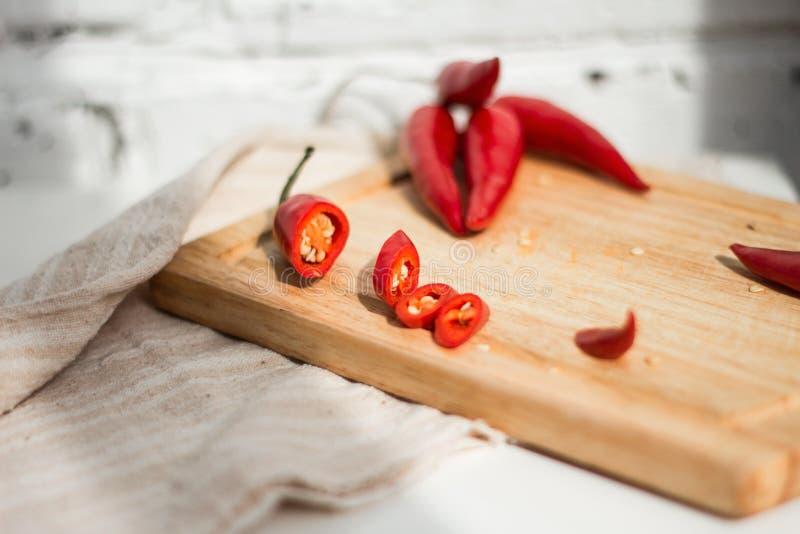 Chilipeppar på skärbräda royaltyfri bild