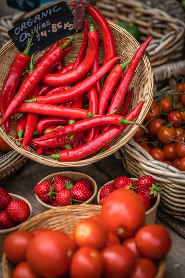 Chillies, truskawki i pomidory dla sprzedaży, obrazy royalty free