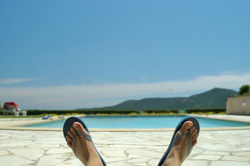 Chillin durch das Pool lizenzfreie stockfotos