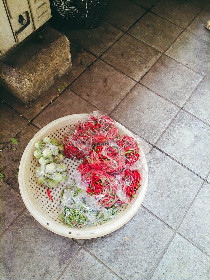 chillis e beringelas fotografia de stock