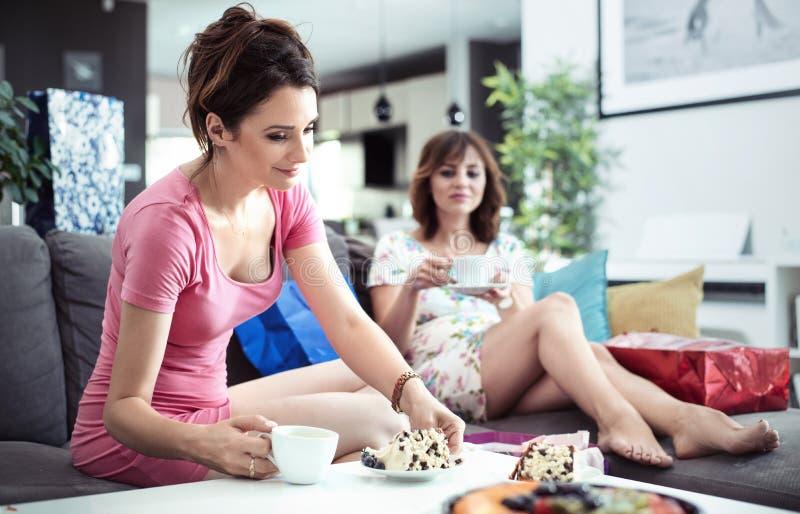 Chillout czas, dobra kawa i cukierki tort, - dziewczyn spotykać obraz stock