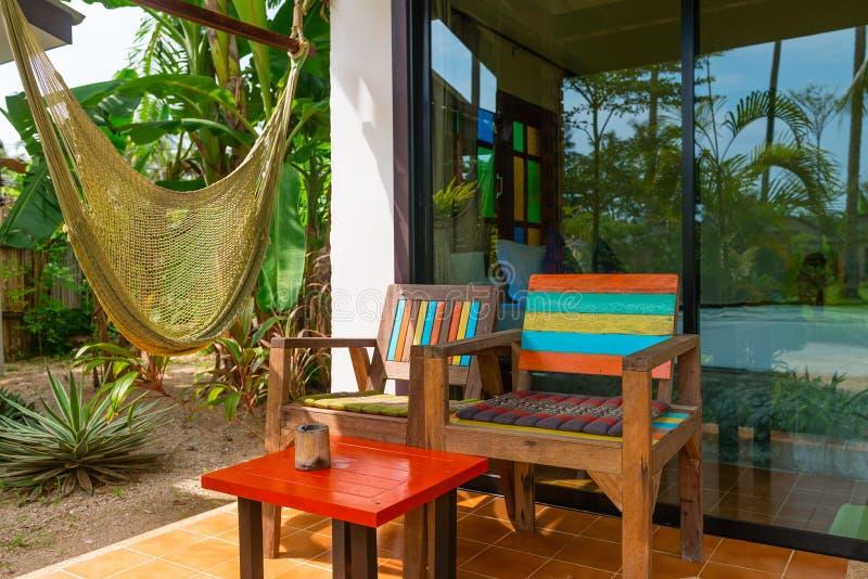 Chillout terrasszon nära tropiskt hotellrum med hängmattan royaltyfri foto