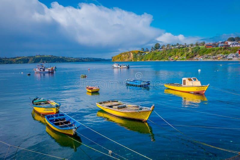 CHILOE, CHILI - SEPTEMBRE, 27, 2018 : Vue extérieure de quelques bateaux dans une rangée utilisée pour des fishermans dans le por photos libres de droits