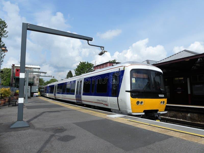 Chiltern linje drev f?r turboladdare f?r grupp 165 diesel- p? den Rickmansworth stationen royaltyfri fotografi