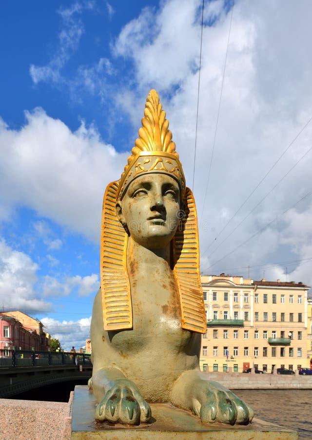 Chimère de sphinx du pont égyptien, monument au début du 19ème siècle Egyptomania, au-dessus de la rivière de Fontanka, St Peters images stock