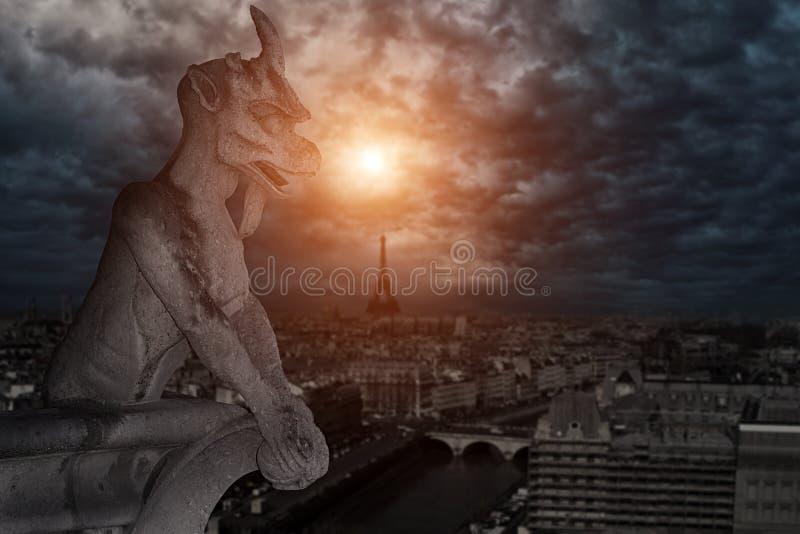 Chimère (gargouille) de la cathédrale de Notre Dame de Paris images stock