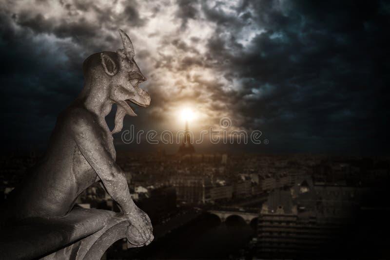 Chimère (gargouille) de la cathédrale de Notre Dame de Paris images libres de droits