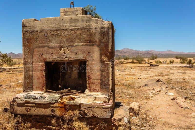 Chimenea abandonada en el desierto foto de archivo libre de regalías