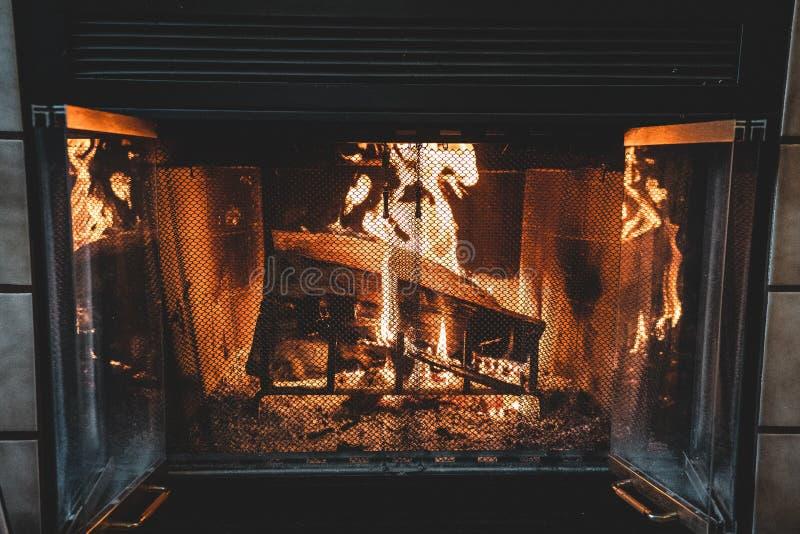 Chimenea abierta con los registros ardientes fotografía de archivo libre de regalías