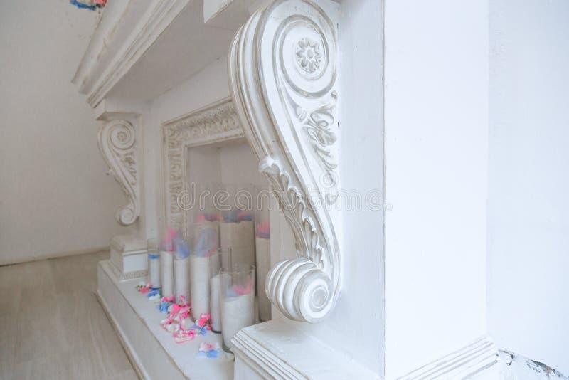 chimenea blanca en un cuarto brillante fotografía de archivo