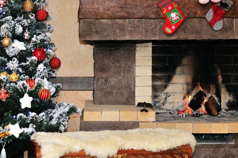 Chimenea con el árbol de navidad y las decoraciones imágenes de archivo libres de regalías